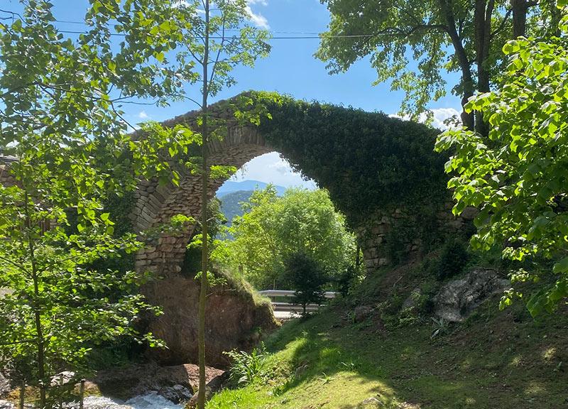 pont medieval al costat de hostal les fonts